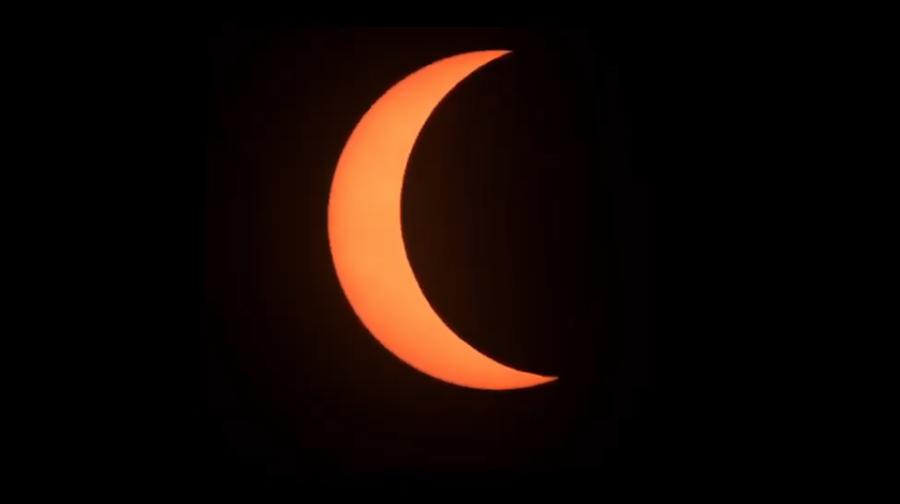 下午3時56分,太陽被月面遮掩的面積越來越多。(圖擷自氣象局直播畫面)