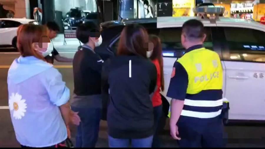 台南市警方查獲非法色情按摩店後,將相關人員帶回處理。(翻攝畫面/洪榮志台南傳真)