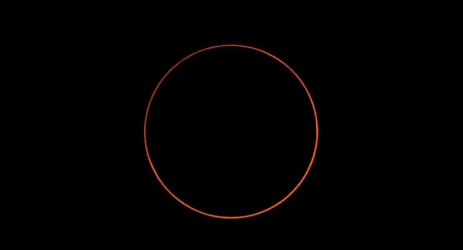 下午4時13分10秒「環食終」,月面開始從日面移出,環食現象結束。(圖擷自氣象局直播畫面)