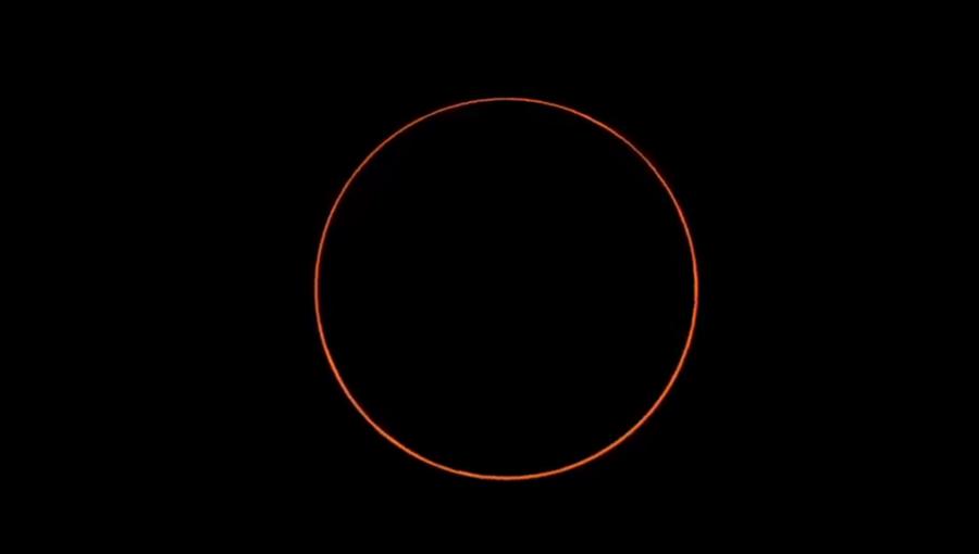 下午4時13分07秒「食甚」,此時環食帶中心線附近地區可見太陽呈現出金戒指的環狀景象。(圖擷自氣象局直播畫面)