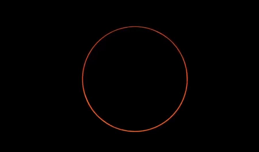 下午4時13分06秒「環食始」,月面全部移入日面中,因此時所見的月面直徑比日面小約2.1%,形成了日面周邊無法被遮掩的環食現象。(圖擷自氣象局直播畫面)