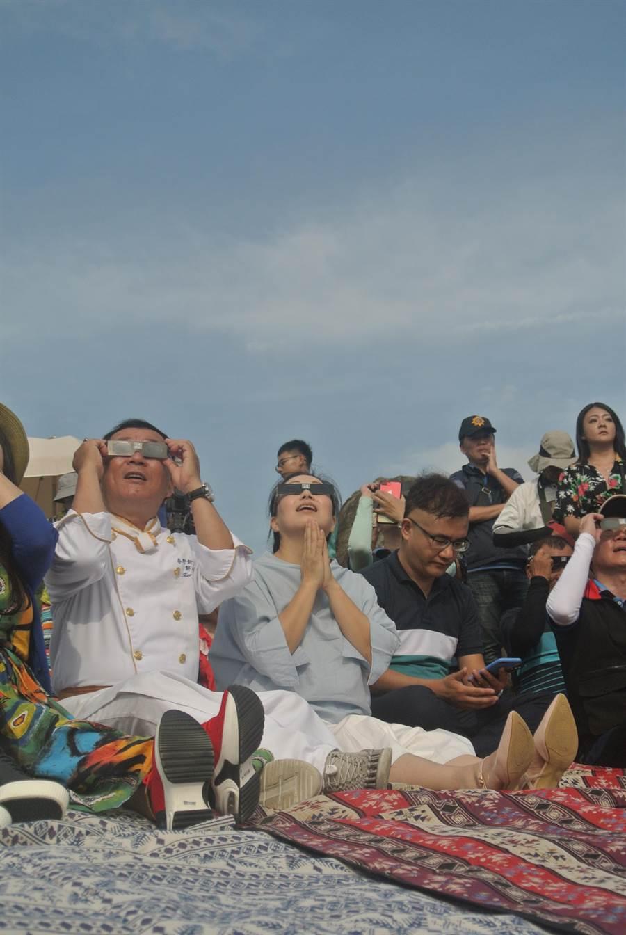 花蓮縣長徐榛蔚戴上日食眼鏡和民眾一起觀賞日環食。(羅亦晽攝)