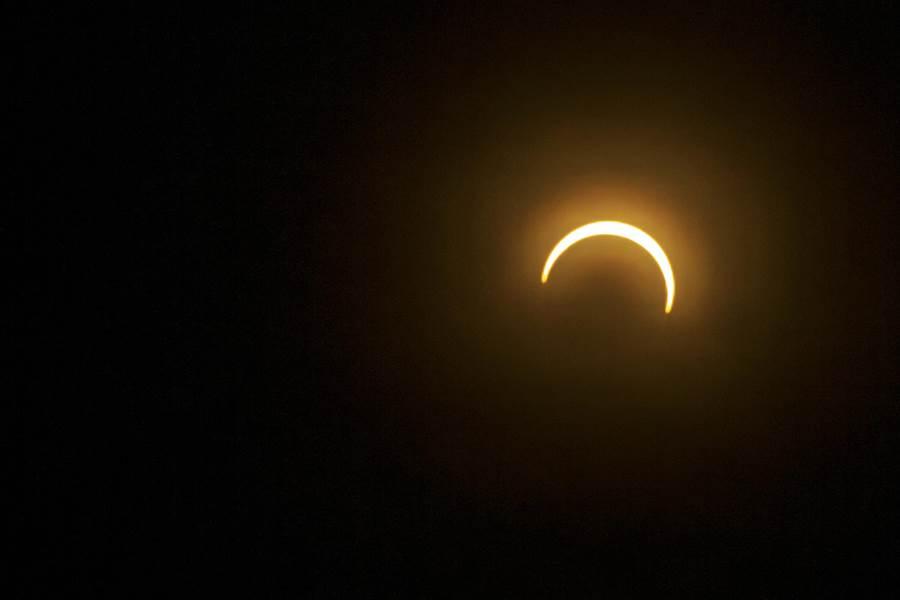 新竹地區能拍到日偏食,下午4時07分開始天色明顯昏暗。(羅浚濱攝)