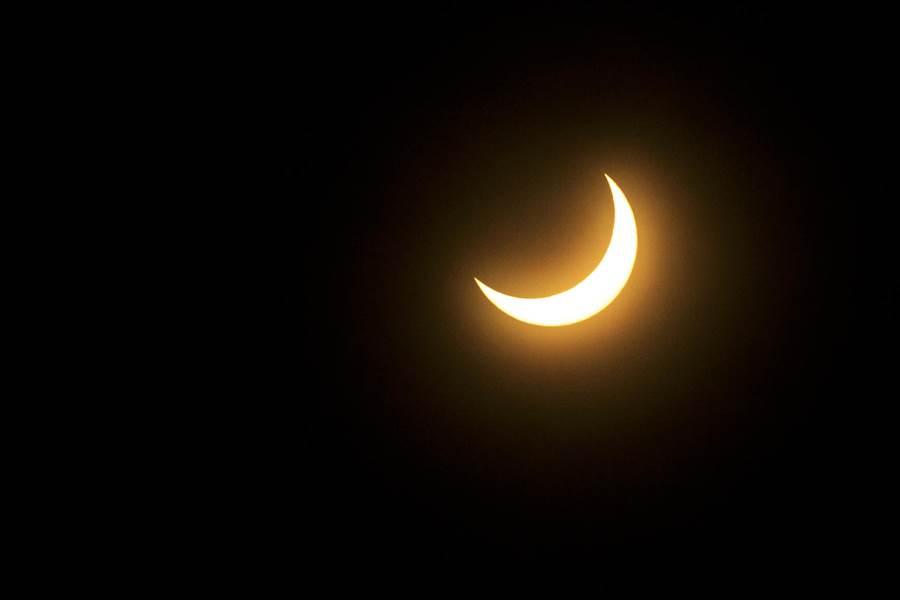 新竹地區能拍到日偏食,下午4時26分太陽逐漸脫離被月亮遮蔽。(羅浚濱攝)