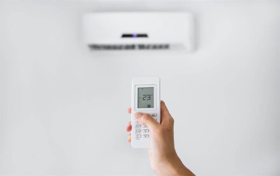 夏天吹冷氣,台電建議民眾汰換老舊冷氣,改用能源效率1級的冷氣就能省電。(達志影像/shutterstock)