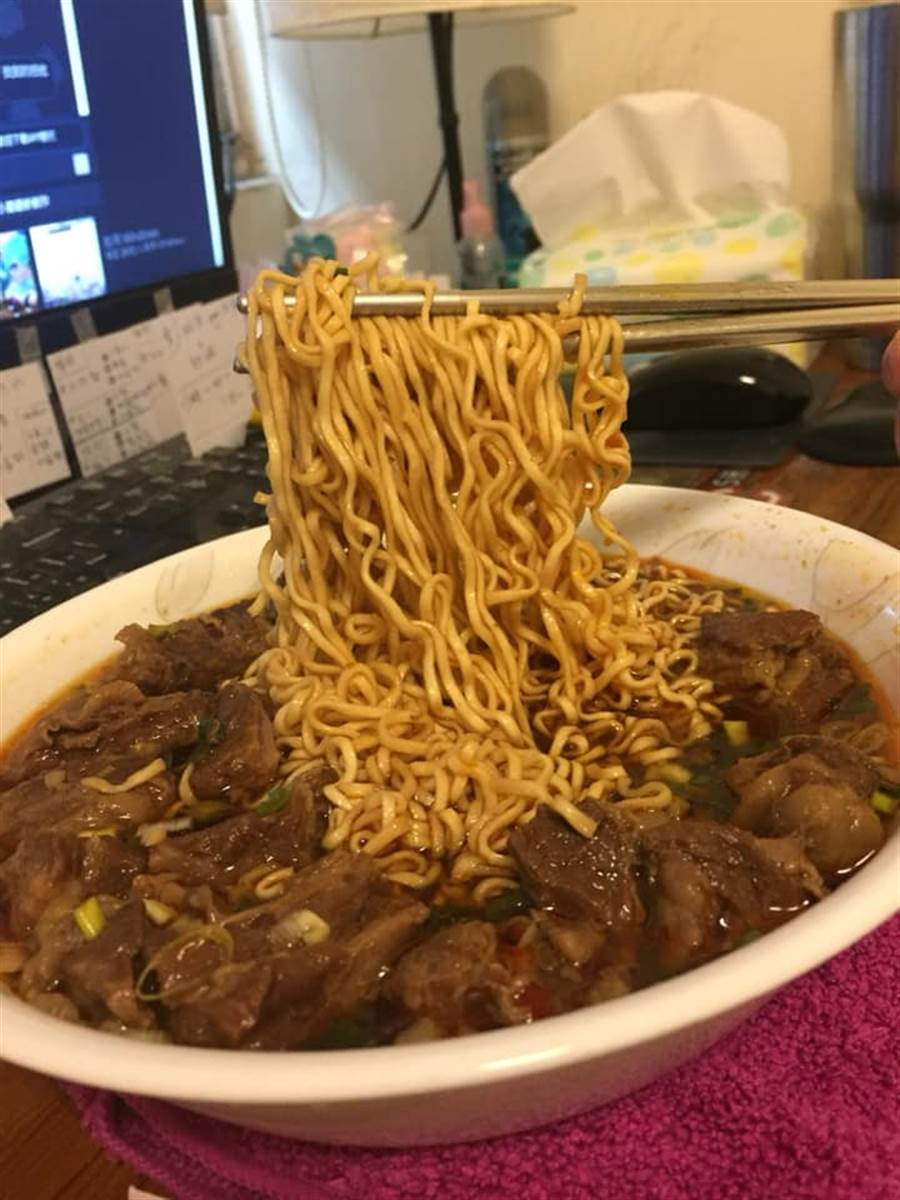 原PO買牛肉湯回家自己加泡麵,瞬間變成銷魂美食。(圖/原PO授權提供)