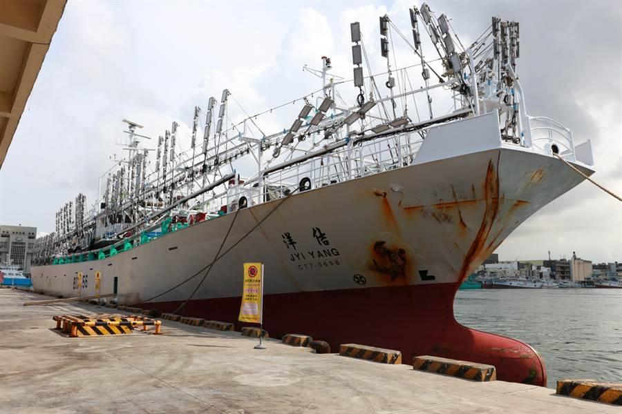 圖中船隻並非當事魷釣船,此為第1艘返高雄的魷釣漁船「佶洋號」日前抵達前鎮漁港。(高市新聞局提供/柯宗緯高雄傳真)