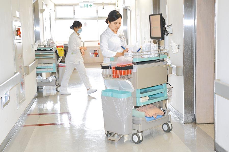 新冠肺炎疫情趨緩,各國鬆綁邊境之際,中央流行疫情指揮中心昨宣布,醫事人員出國禁令7月起解除,除非特殊原因,否則仍然不建議出國。圖為護理師們工作情形。(本報資料照片)