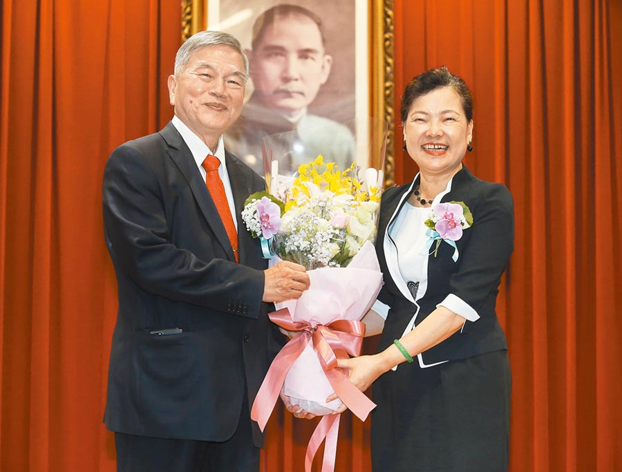 經濟部20日舉行部長交接典禮,接任部長的王美花(右)獻花給升任行政院副院長的前部長沈榮津(左)。(姚志平攝)