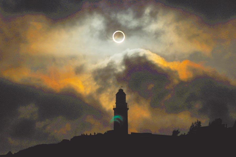 今日正好是迎接「日環食」的大日子,全台計有10縣市可目睹此天文盛事。圖為2012年馬祖日環食的照片。(中央氣象局資料照片)