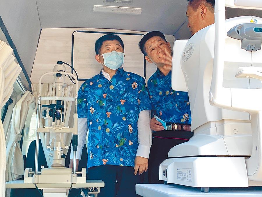 衛福部長陳時中參觀醫療保健巡迴車,大讚設備媲美診所。(張亦惠攝)