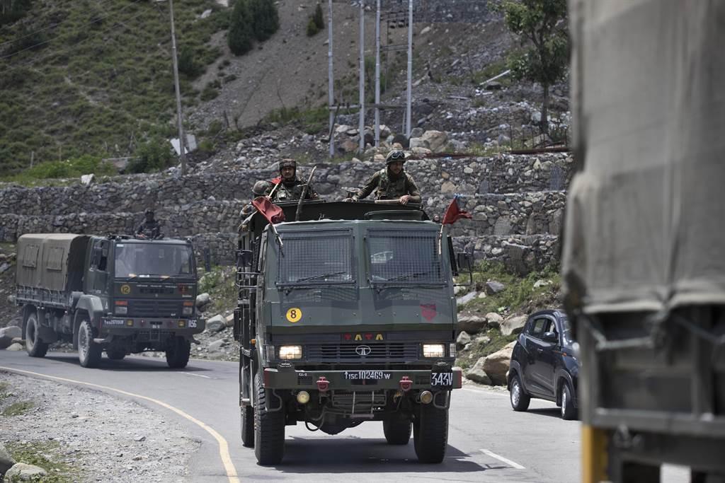印軍為應對20名士兵致死引發的民意壓力,可能會改變駐軍用槍規則,准許邊界駐軍在特定狀況下可以對解放軍動用槍枝。圖為印中邊界拉克地區的印度駐軍。(圖/美聯社)