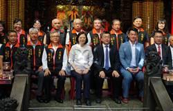 蔡英文龍井永順宮參拜 烏克蘭畫家贈畫 表喜歡台灣民主制度