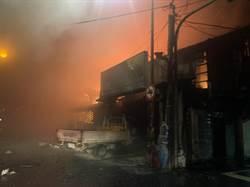 苑裡鎮山腳里一部小貨車撞進山腳市場引發大火 48攤位燒毀