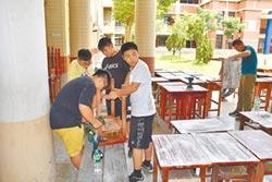 竹南國中畢業生 翻新舊桌椅