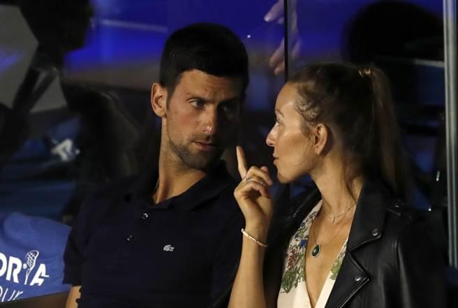 喬柯維奇與妻子Jelena一同出席今年6月的表演賽。(美聯社資料照)
