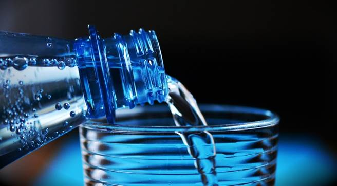 一個下午工作,覺得事情老是記不起來,或是不斷感到焦躁不安,這可能是水喝太少的警訊。(圖/pixabay)