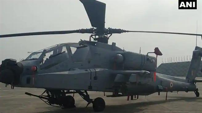 印度派出去年購自美國的阿帕契武裝直升機,以多種反坦克飛彈對抗大陸最新99式坦克。(圖/推特@ANI)