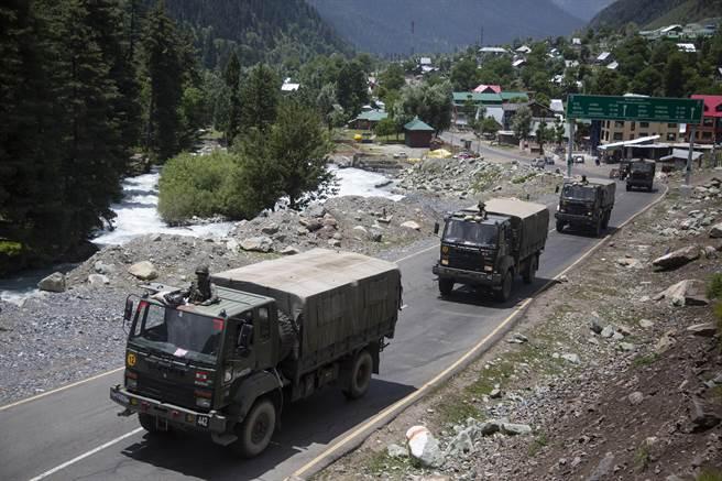 印度動用美製俄製裝備,加緊往拉達克山區運送大量重武器與部隊。(圖/美聯社)