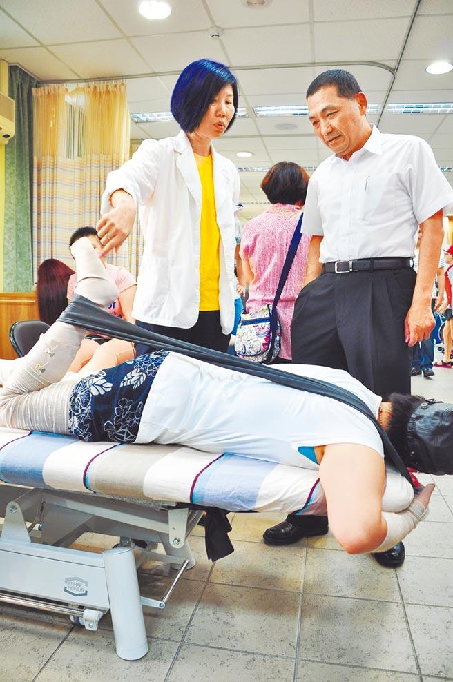 新北市長侯友宜常到陽光重建中心關心傷友復健情形。(新北社會局提供/葉德正新北傳真)