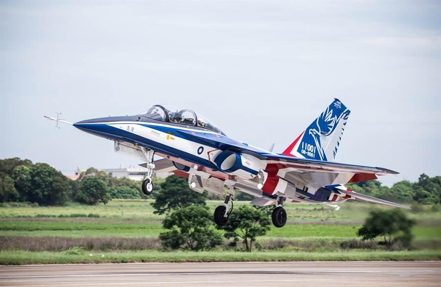 勇鷹高教機上午舉行首飛儀式,目前漢翔已完成至少三次升空試飛,並完成4架原型機。(國防部提供)