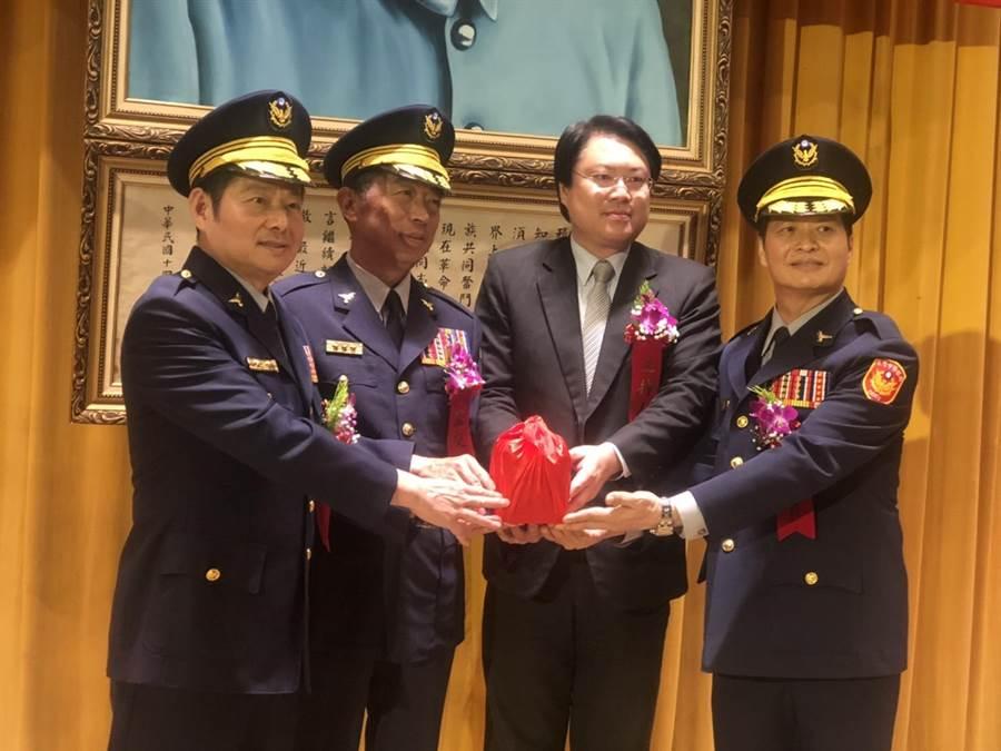 基隆市警察局長交接原局長詹永茂(左)交接給新局長林炎田(右)。(許家寧攝)