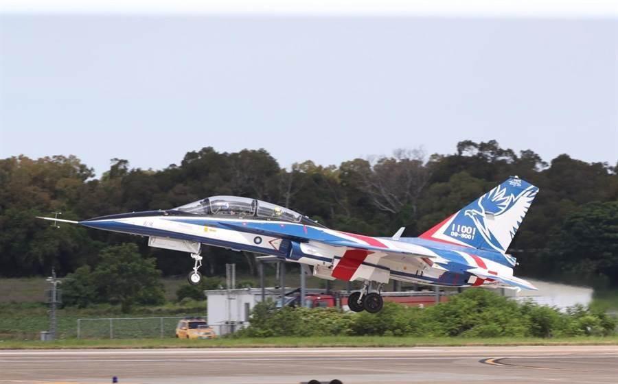 空軍新式高教機首飛展示22日舉行,原型機加足馬力順利升空。(圖/陳怡誠攝)