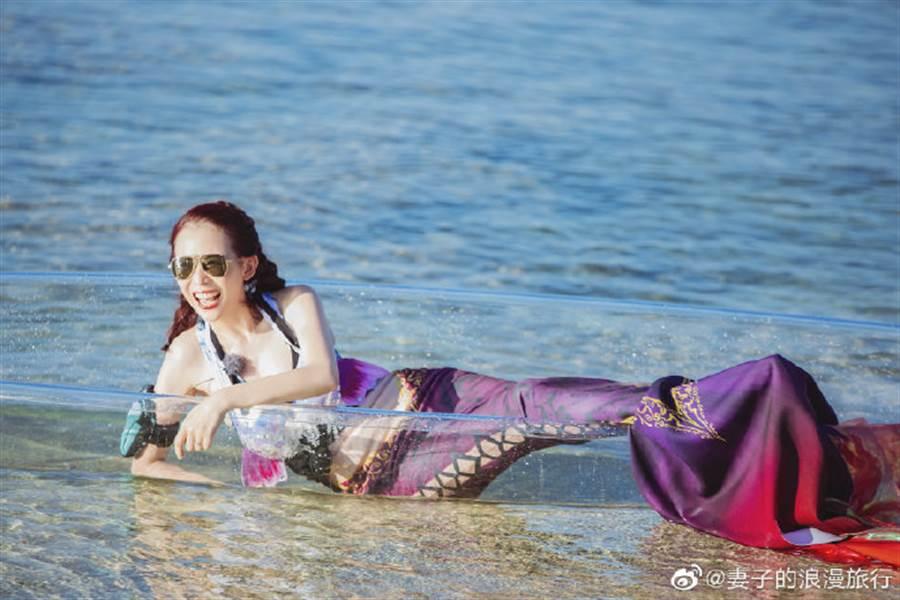 蔡少芬身穿美人魚泳衣時,蠻腰、細手超吸睛。(圖/取材自妻子的浪漫旅行微博)
