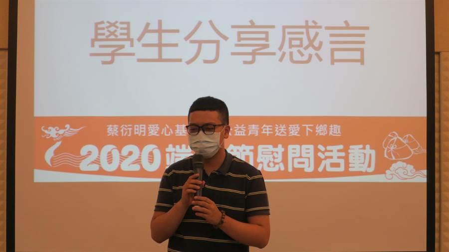 接受慰問金幫助的學生代表蔡孟儒,感謝基金會伸援手讓他升學無後顧之憂,他強調畢業出社會後,也想要成為有能力回饋社會的人。(謝瓊雲攝)