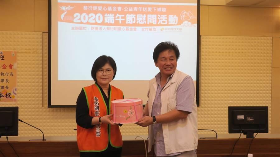 中州科大學務長柴鈁武(右)代表校方回贈餐飲系師生一早現做、現烤出爐的乳酪蛋糕。(謝瓊雲攝)