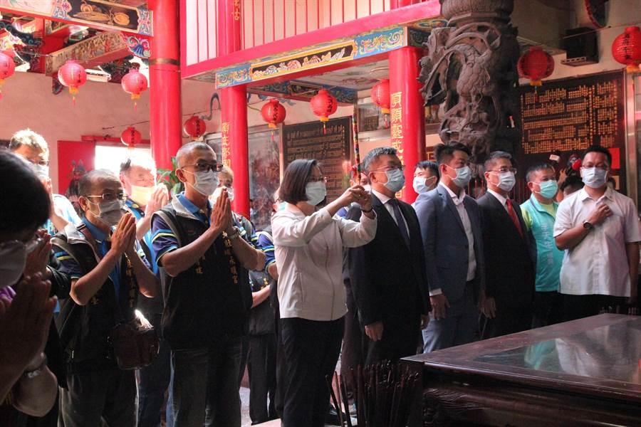 總統蔡英文(左3)到台中市大肚區永順宮參拜。(陳淑芬攝)