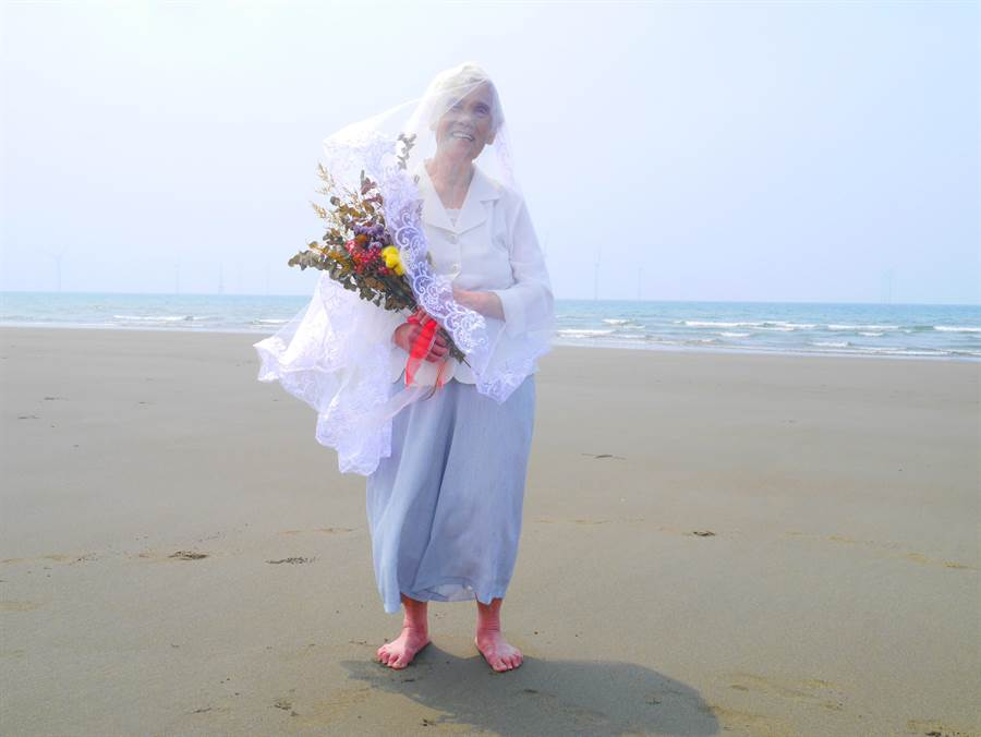 詹奶奶第一次到海邊,大湖日照中心團隊為她拍下美麗的婚紗照。(大湖日照中心提供/何冠嫻苗栗傳真)