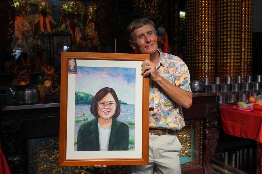 蔡英文總統22日下午,到龍井永順宮參拜,來台灣23年的烏克蘭畫家Ivan Yehorov,表示喜歡台灣的民主制度,所以畫了一幅蔡英文畫像,要送給她。(黃國峰攝)