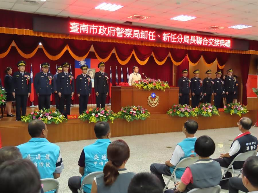 台南市政府警察局重要警職調動,今天舉行聯合交接典禮,市長黃偉哲親自主持布達、監誓儀式。(莊曜聰攝)
