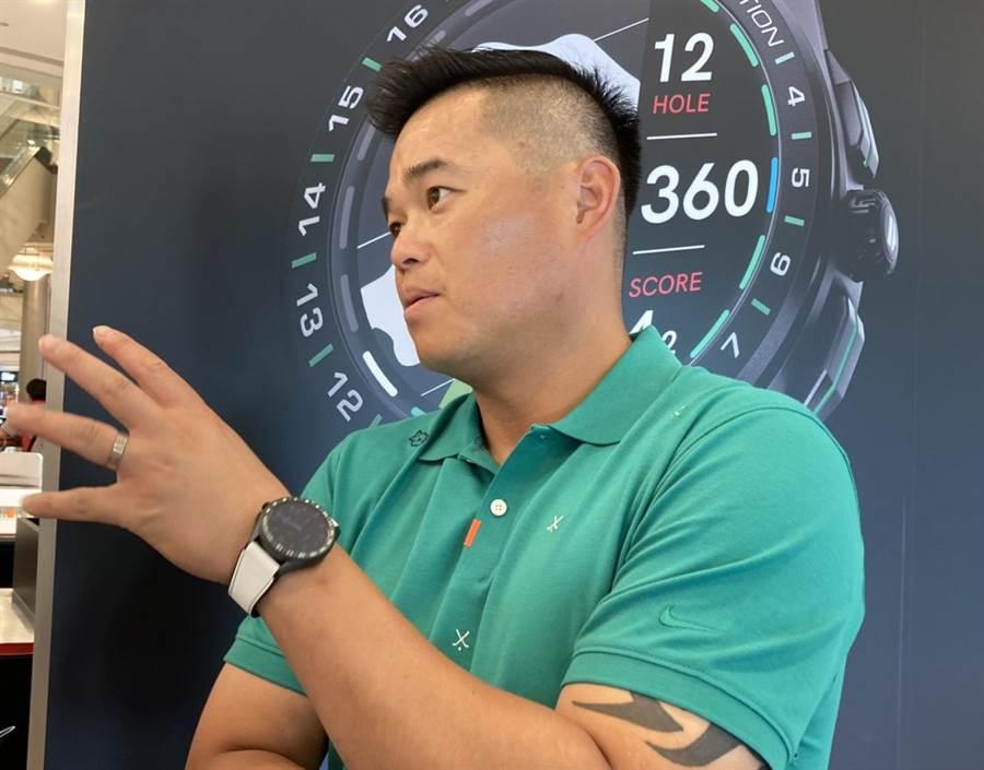 胡金龍為泰格豪雅推出高爾夫球特別版智能腕錶站台。(鄧心瑜攝)