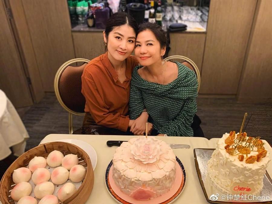 「港版夢露」鍾楚紅(右)在60歲慶生會上與女星陳慧琳(左)同框。(圖/摘自微博@钟楚红Cherie)