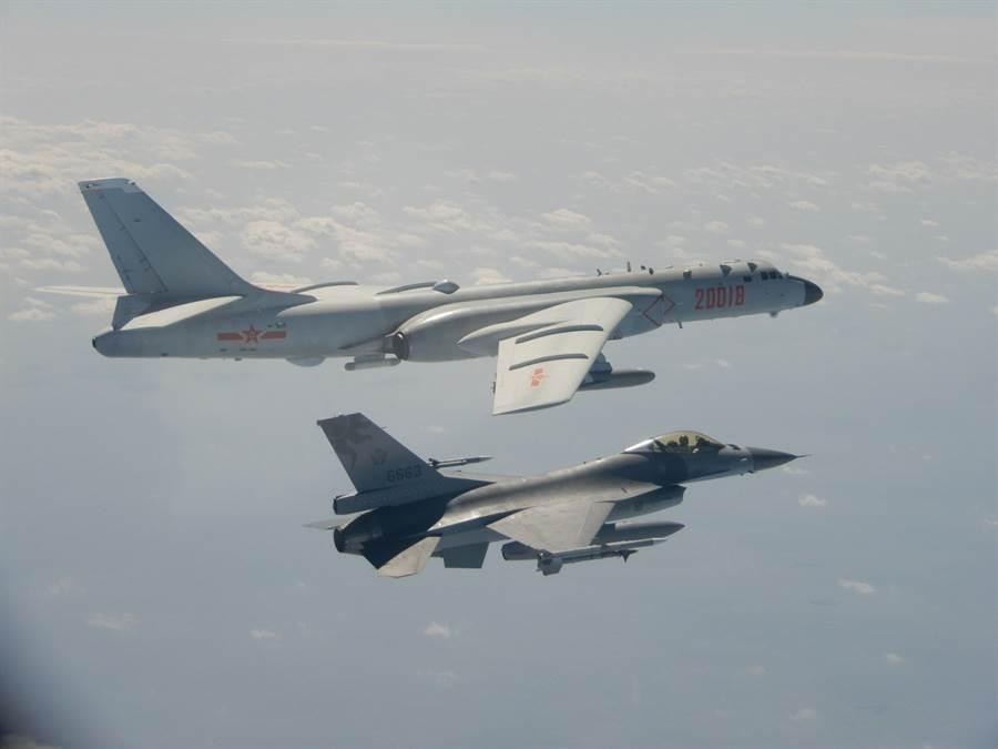 圖為國軍F-16戰機掛載實彈監控共軍轟6。(示意圖/資料照/國防部提供/中央社記者陳韻聿傳真)