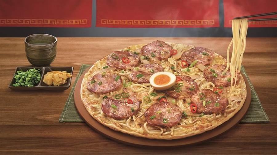 必勝客攜手麵屋武藏將西式與日式經典美味完美融合,推出世界首創「拉麵比薩」。(圖/必勝客提供)
