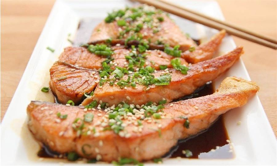油脂豐富的魚類如鮭魚、鯖魚,含有豐富的Omega3,能改善壓力和憂鬱。(圖片來源:Pixabay)
