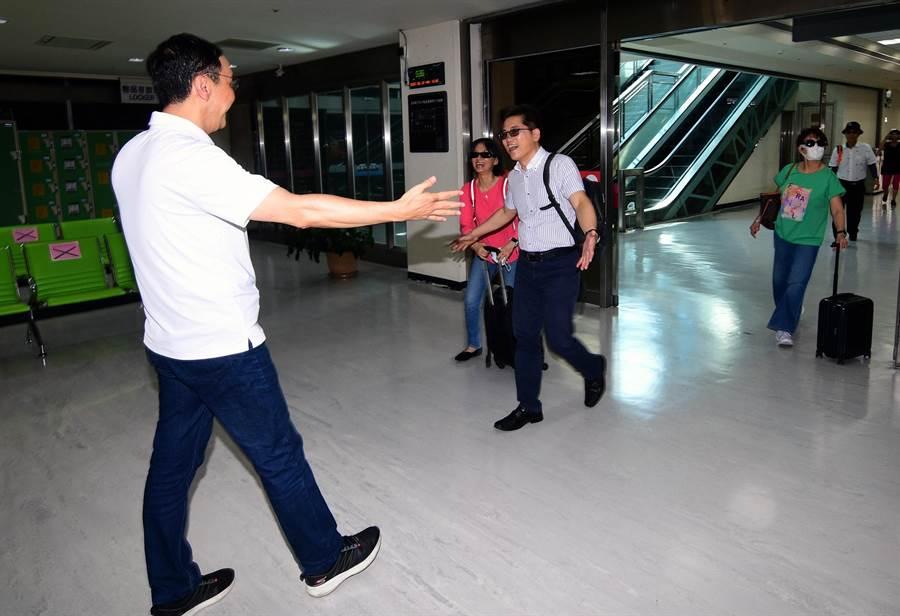 前新北市長朱立倫到台東豐年機場接機,與前台東縣長黃健庭相見歡。(莊哲權攝)