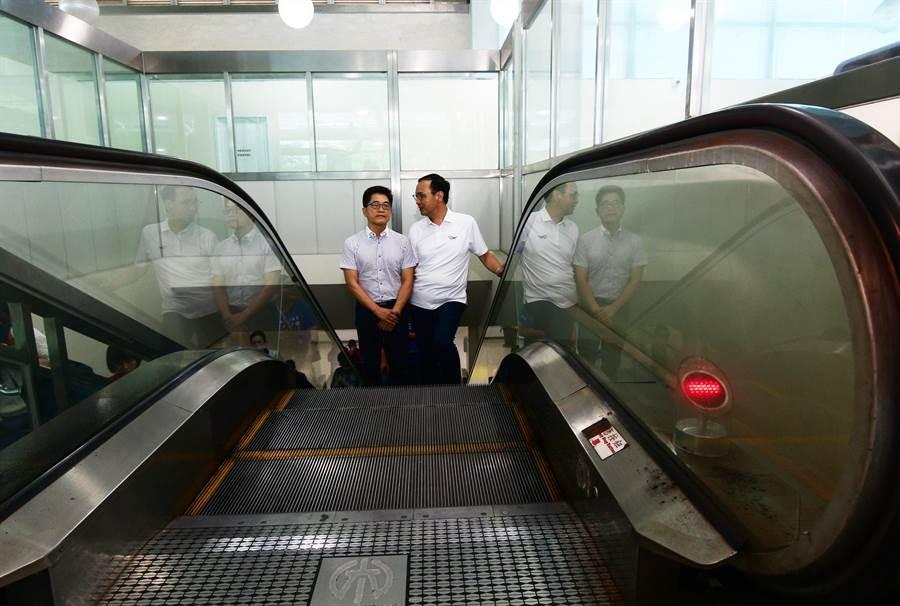 前新北市長朱立倫22日到台東豐年機場,與前台東縣長黃健庭相見歡,隨後兩人搭上電扶梯,由黃送朱搭機返北。(莊哲權攝)
