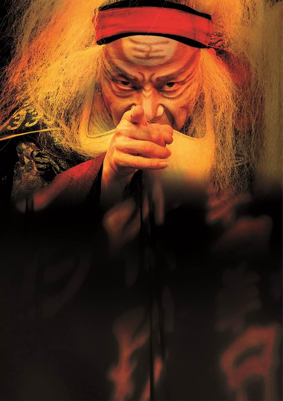 當代傳奇劇場作品《李爾在此》,由國家文藝獎得主吳興國一人分飾10角,必須忽男忽女、忽老忽幼,很有挑戰性。(當代傳奇劇場提供)
