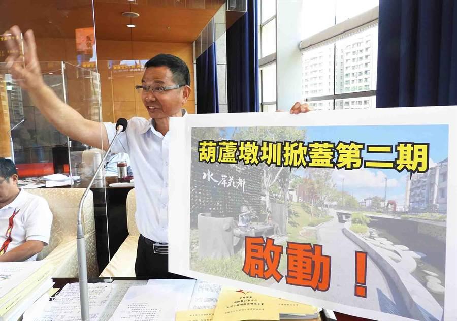 台中市議員陳清龍於市政總質詢時,為民喉舌爭取地方建設及公務人員再進修。(陳世宗攝)