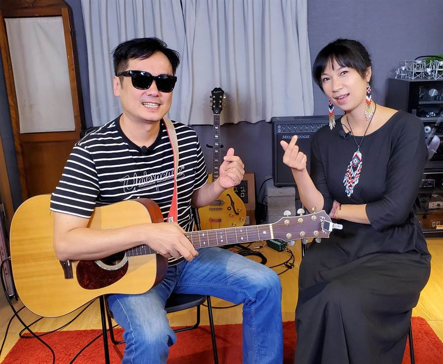 雅维茉芮(右)此次邀老公白董担任吉他手。(独一无二娱乐文化提供)