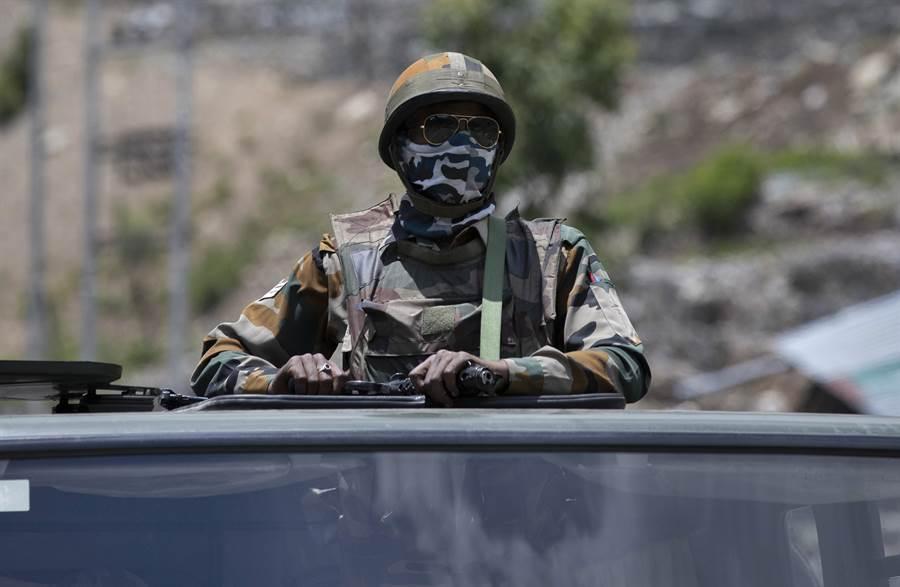 胡錫進警告印度,如果印度軍隊連「打架」都打不過大陸軍人的話,槍支和其他軍械更幫不了他們的忙。因為中國大陸的軍事力量要比印度的先進、強大得多。圖為印度拉達克駐軍。(圖/美聯社)