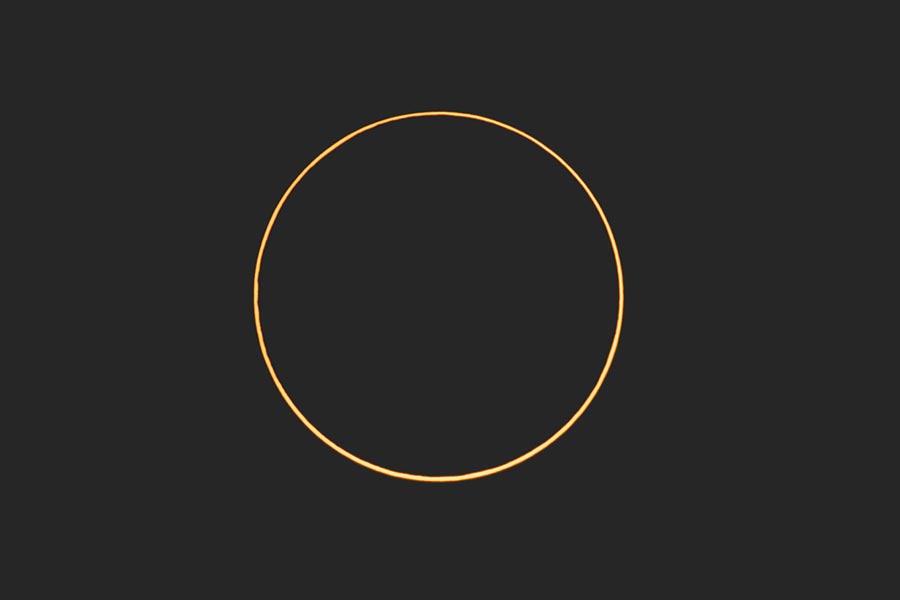 天文奇觀日環食21日於4時14分時出現「食甚」,許多民眾觀賞百年奇觀。(杜宜諳攝)