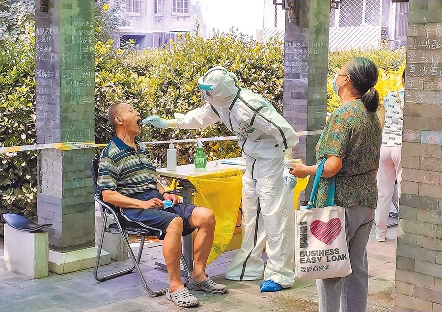 為遏止新冠肺炎蔓延,北京日前全面啟動普篩作業,目前已累計篩檢超過229萬人。(路透)