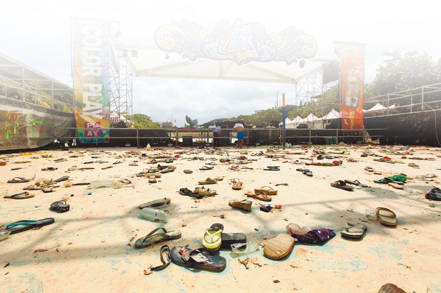 新北市八仙樂園因彩色派對引發粉塵爆炸慘劇。圖為肇事現場遺留許多遊客奔逃時掉落的鞋子。(本報資料照片)