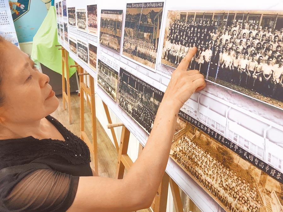 尚智國小第三屆郭姓女校友注視畢業照,回憶孩時點滴。(許家寧攝)
