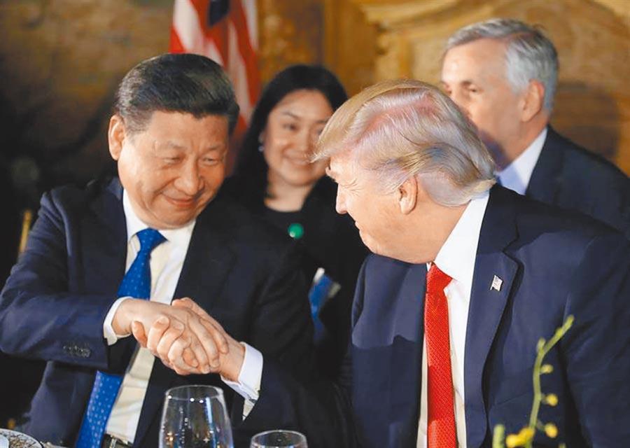 圖為美國總統川普(右)與大陸領導人習近平。(美聯社)